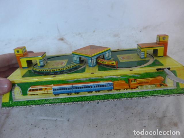 Juguetes antiguos de hojalata: Antiguo juguete de hojalata, circuito de tren a cuerda, funciona. - Foto 2 - 142891166