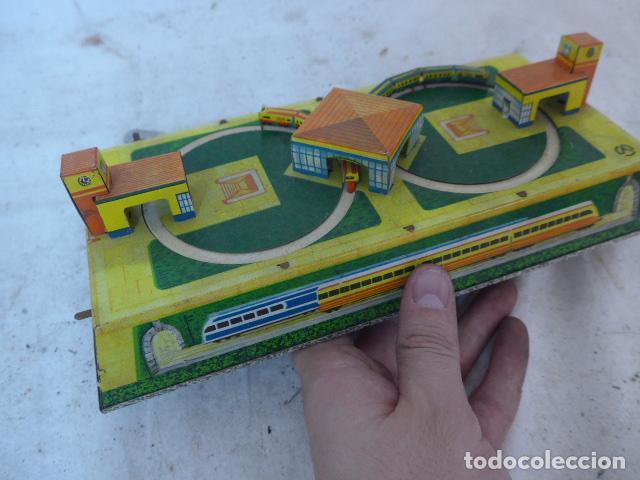 Juguetes antiguos de hojalata: Antiguo juguete de hojalata, circuito de tren a cuerda, funciona. - Foto 4 - 142891166