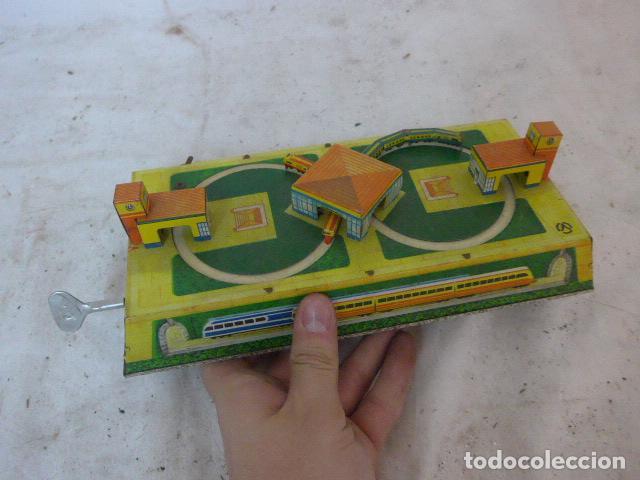 Juguetes antiguos de hojalata: Antiguo juguete de hojalata, circuito de tren a cuerda, funciona. - Foto 6 - 142891166
