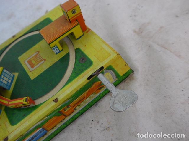 Juguetes antiguos de hojalata: Antiguo juguete de hojalata, circuito de tren a cuerda, funciona. - Foto 8 - 142891166