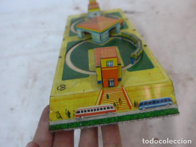 Juguetes antiguos de hojalata: Antiguo juguete de hojalata, circuito de tren a cuerda, funciona. - Foto 9 - 142891166