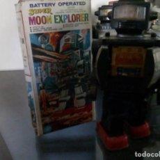 Juguetes antiguos de hojalata: ROBOT SUPER MOON EXPLORER CON CAJA-MADE IN HONG KONG AÑOS 70TAS-NO CAJA ORIGINAL 28 CM ALTO-PLASTICO. Lote 143217010