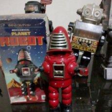 Juguetes antiguos de hojalata: ROBOT PLANET RED A CUERDA CAMINA Y TIENE EN SU PECHO CHISPAS 20 CM ALT. Lote 143228742