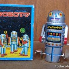 Juguetes antiguos de hojalata: ROBOT R7 SCHYLLING CON LLAVE - HONG KONG. Lote 143753546