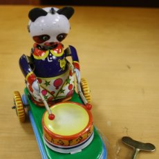 Juguetes antiguos de hojalata: OSO CON TAMBOR EN HOJALATA. A CUERDA, FUNCIONANDO. MADE IN CHINA. Lote 144838785
