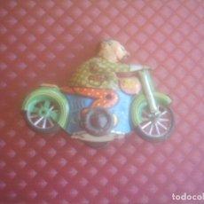 Juguetes antiguos de hojalata: MOTORISTA ANTIGUO DE HOJALATA. Lote 145760998