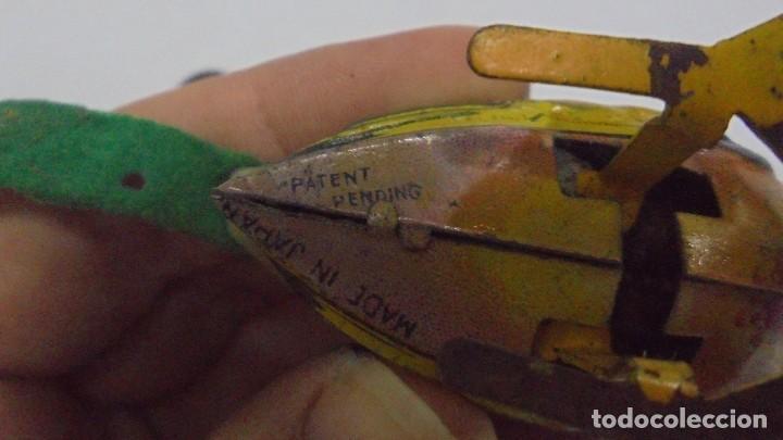 Juguetes antiguos de hojalata: ANTIGUO PAJARITO DE HOJALATA. A CUERDA. TIENEN LLAVE. SALTA Y PICOTEA. FUNCIONA. JAPAN. 7 CM. VER - Foto 4 - 146483270