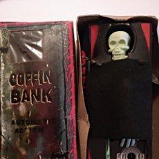 Juguetes antiguos de hojalata: HUCHA COFFIN BANK MADE IN JAPAN AÑOS 60. Lote 146563922