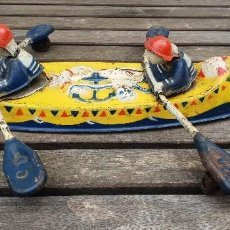 Juguetes antiguos de hojalata: ANTIGUA Y RARA CANOA INGLESA DE 1950 MOBO CANOE DE HOJALATA (LATA).. Lote 147697994