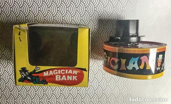 HUCHA CON MECANISMO A CUERDA MAGICIAN BANK - YONE (JAPÓN) - AÑOS 70 - A ESTRENAR EN CAJA ORIGINAL (Juguetes - Juguetes Antiguos de Hojalata Internacionales)