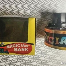 Juguetes antiguos de hojalata: HUCHA CON MECANISMO A CUERDA MAGICIAN BANK - YONE (JAPÓN) - AÑOS 70 - A ESTRENAR EN CAJA ORIGINAL. Lote 147776534