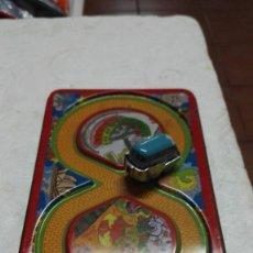 Juguetes antiguos de hojalata: CIRCUITO Y COCHE HOJALATA-METÁLICO DE CUERDA . Lote 147894298