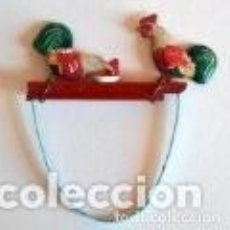 Juguetes antiguos de hojalata: JUGUETE DE HOJALATA ORIGINAL, 1960 POLLOS PICOTEANDO. Lote 148034250