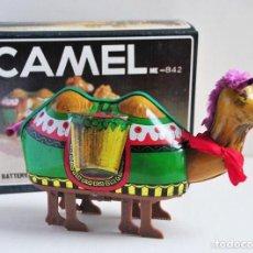 Juguetes antiguos de hojalata: CAMELLO DE HOJALATA FUNCIONA A PILAS ME 842 EN CAJA CAMEL. Lote 150197258