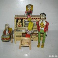Juguetes antiguos de hojalata: 721-ANTIGUA BANDA DOGPATCH AL PIANO,LATA LITOGRAFIADA Y CUERDA DE UNIQUE ART,USA,AÑO 1940,EXCELE. Lote 150651150