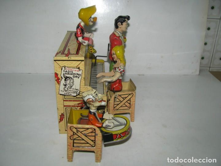 Juguetes antiguos de hojalata: 721-ANTIGUA BANDA DOGPATCH AL PIANO,LATA LITOGRAFIADA Y CUERDA DE UNIQUE ART,USA,AÑO 1940,EXCELE - Foto 4 - 150651150