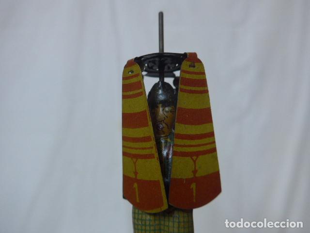 Juguetes antiguos de hojalata: Antiguo juguete de hojalata español, de Rico, el hombre del paraguas. Original. - Foto 2 - 151425626