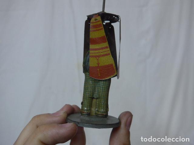Juguetes antiguos de hojalata: Antiguo juguete de hojalata español, de Rico, el hombre del paraguas. Original. - Foto 5 - 151425626