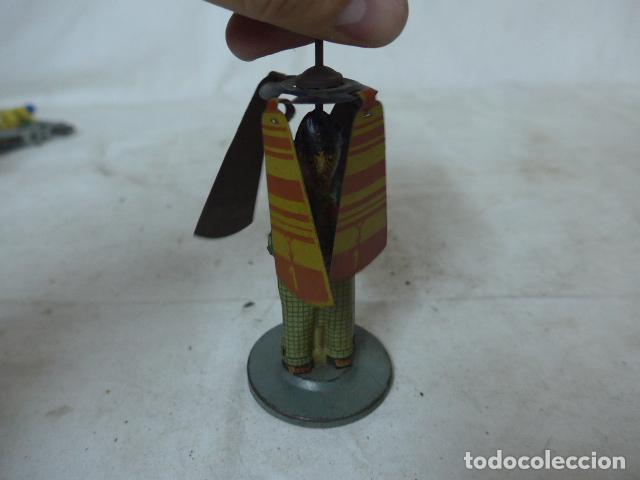 Juguetes antiguos de hojalata: Antiguo juguete de hojalata español, de Rico, el hombre del paraguas. Original. - Foto 8 - 151425626