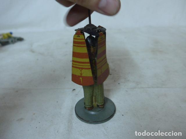 Juguetes antiguos de hojalata: Antiguo juguete de hojalata español, de Rico, el hombre del paraguas. Original. - Foto 9 - 151425626