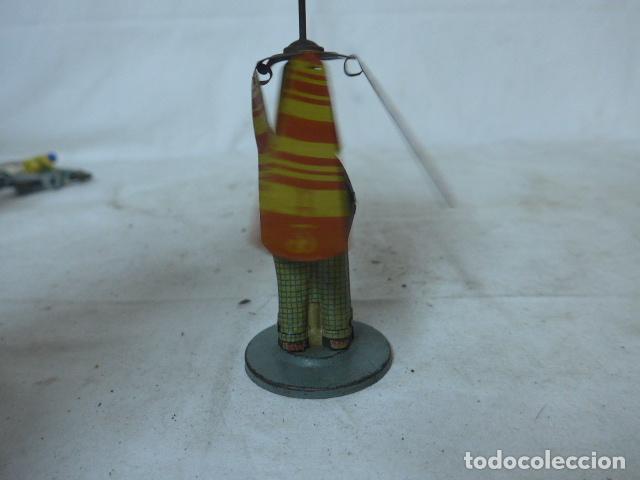 Juguetes antiguos de hojalata: Antiguo juguete de hojalata español, de Rico, el hombre del paraguas. Original. - Foto 11 - 151425626