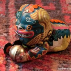 Juguetes antiguos de hojalata: PECULIAR JUGUETE DE HOJALATA - MADE IN CHINA - LEÓN CON PELOTA - CUERDA - MUY COLORIDO - NO GIRA. Lote 151666606