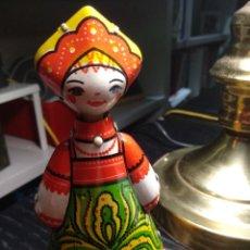 Juguetes antiguos de hojalata: MUÑECA RUSA DE HOJALATA. Lote 151887700