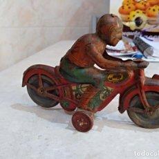 Juguetes antiguos de hojalata: MOTOCICLETA DE HOJALATA AÑOS 40 MARCA RICO O PAYA . Lote 151950394