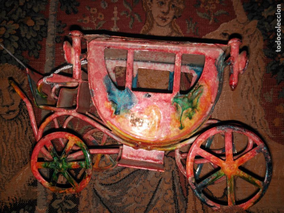 Juguetes antiguos de hojalata: ANTIGUA CARROZA VICTORIANA 19 cm EN HIERRO ESMALTADO SIGLO XIX - Foto 2 - 152319434