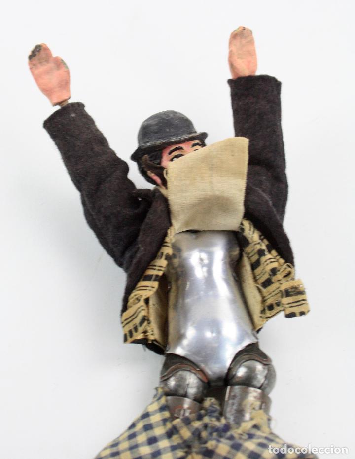 Juguetes antiguos de hojalata: Charles Chaplin, Charlot, muñeco articulado de metal antiguo. Ver fotos anexas. 19 cm de alto. - Foto 6 - 153810190