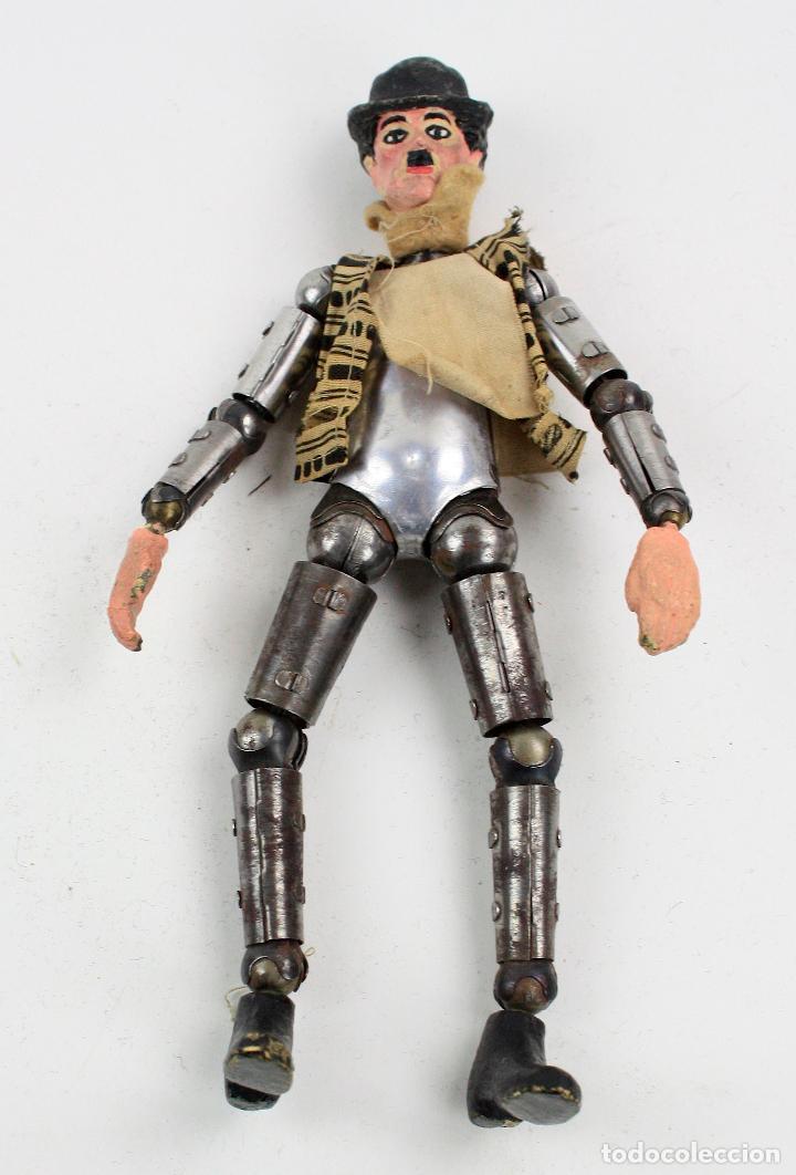 Juguetes antiguos de hojalata: Charles Chaplin, Charlot, muñeco articulado de metal antiguo. Ver fotos anexas. 19 cm de alto. - Foto 9 - 153810190