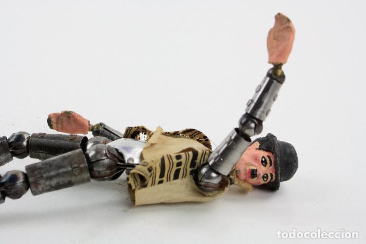 Juguetes antiguos de hojalata: Charles Chaplin, Charlot, muñeco articulado de metal antiguo. Ver fotos anexas. 19 cm de alto. - Foto 14 - 153810190
