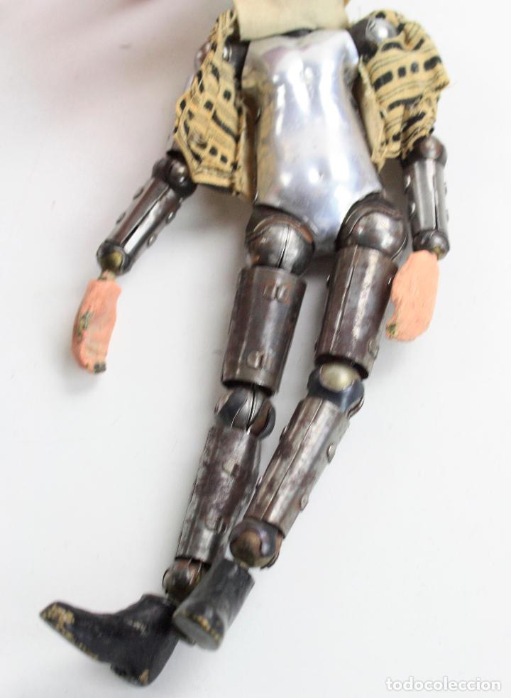 Juguetes antiguos de hojalata: Charles Chaplin, Charlot, muñeco articulado de metal antiguo. Ver fotos anexas. 19 cm de alto. - Foto 18 - 153810190