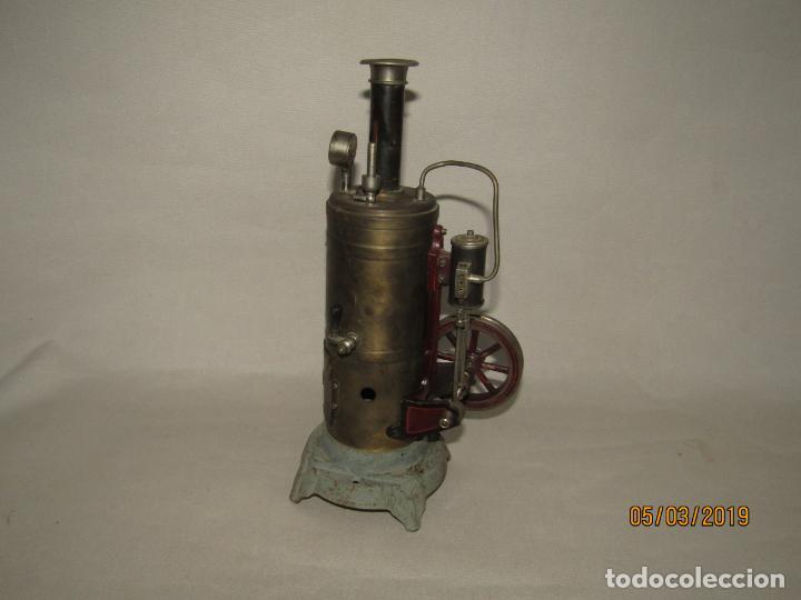 Juguetes antiguos de hojalata: Antigua Máquina a Vapor Vertical con Caldera de Latón Base de Metal Macizo y Silbato Vapor GBN BING - Foto 2 - 154294530