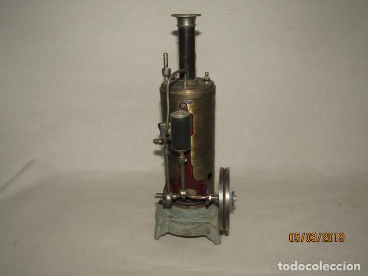 Juguetes antiguos de hojalata: Antigua Máquina a Vapor Vertical con Caldera de Latón Base de Metal Macizo y Silbato Vapor GBN BING - Foto 3 - 154294530