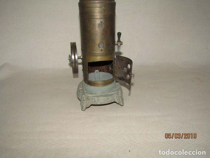 Juguetes antiguos de hojalata: Antigua Máquina a Vapor Vertical con Caldera de Latón Base de Metal Macizo y Silbato Vapor GBN BING - Foto 5 - 154294530