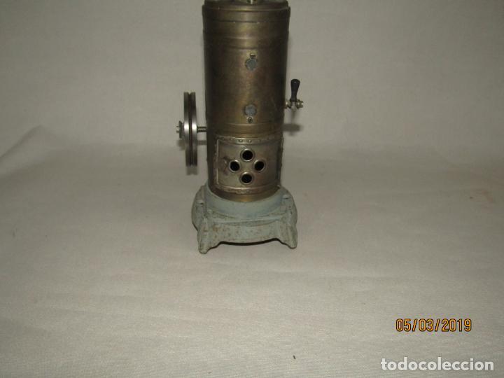 Juguetes antiguos de hojalata: Antigua Máquina a Vapor Vertical con Caldera de Latón Base de Metal Macizo y Silbato Vapor GBN BING - Foto 6 - 154294530