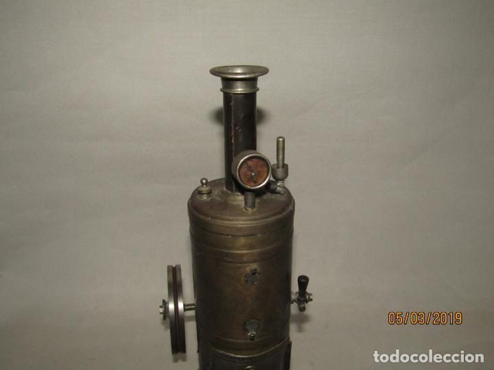 Juguetes antiguos de hojalata: Antigua Máquina a Vapor Vertical con Caldera de Latón Base de Metal Macizo y Silbato Vapor GBN BING - Foto 8 - 154294530