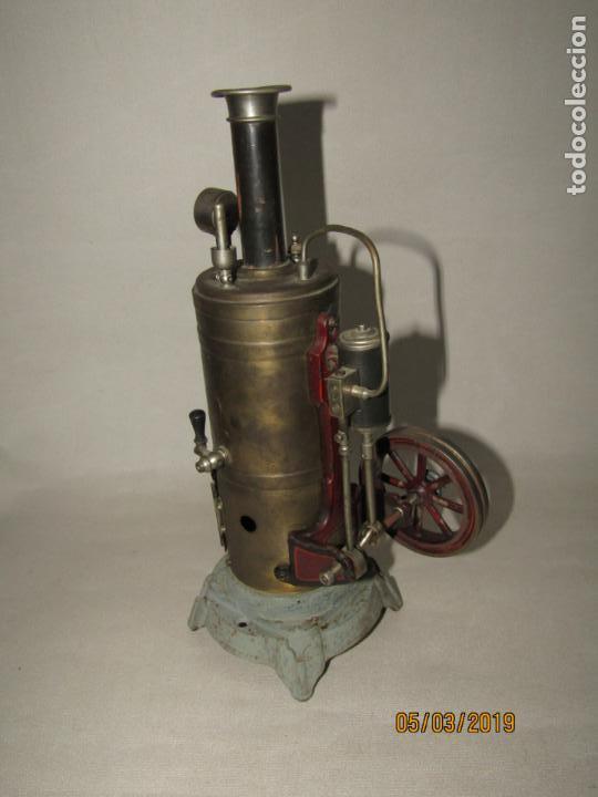 Juguetes antiguos de hojalata: Antigua Máquina a Vapor Vertical con Caldera de Latón Base de Metal Macizo y Silbato Vapor GBN BING - Foto 13 - 154294530