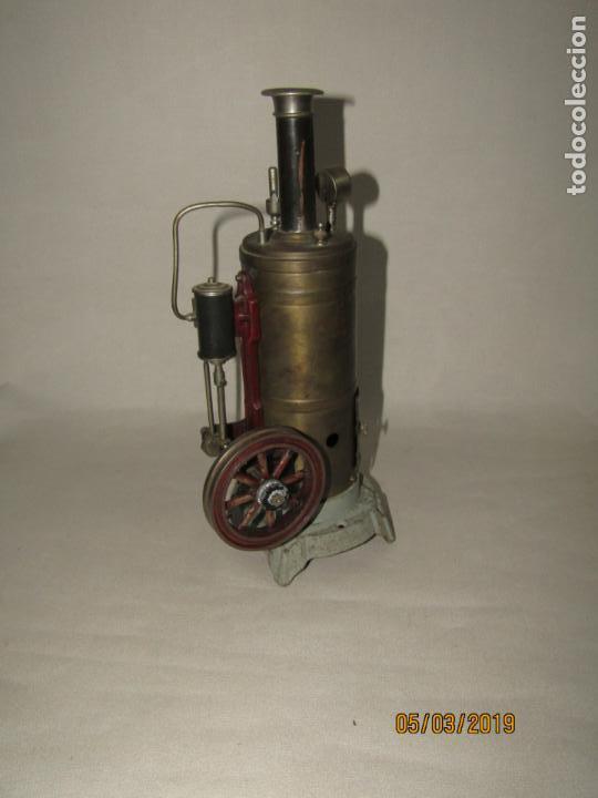 Juguetes antiguos de hojalata: Antigua Máquina a Vapor Vertical con Caldera de Latón Base de Metal Macizo y Silbato Vapor GBN BING - Foto 14 - 154294530