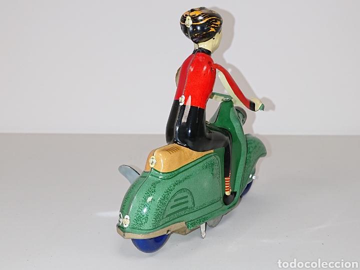 Juguetes antiguos de hojalata: Vespa scooter de hojalata a cuerda - Foto 3 - 157133908