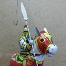 Juguetes antiguos de hojalata: ª MUÑECO - JINETE A CABALLO CON LANZA - (JUGUETE DE HOJALATA A CUERDA) - LEER DESCRIPCIÓN. Lote 157919650