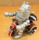 Juguetes antiguos de hojalata: ROBOT EN TRICICLO DE HOJALATA Y PLASTICO. REPRODUCCION. A CUERDA, FUNCIONA PERFECTAMENTE. Lote 158406830