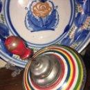 Juguetes antiguos de hojalata: PEONZA DE HOJALATA RICO. Lote 161439825