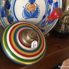 Juguetes antiguos de hojalata: GRAN PEONZA DE HOJALATA RICO. Lote 161440100