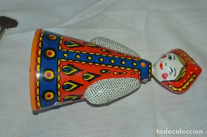 Juguetes antiguos de hojalata: Antigua muñeca RUSA de hojalata, a cuerda, funcionando correctamente - ¡Mira fotografías y detalles! - Foto 2 - 163491998