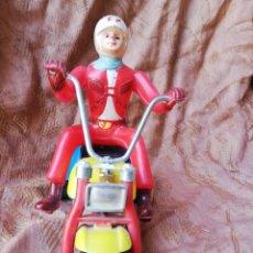 Juguetes antiguos de hojalata: MOTO TRES RUEDAS J.S.A. PLASTICO DE CUERDA. Lote 165043462