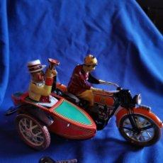 Juguetes antiguos de hojalata: MOTO CON SIDECAR DE HOJALATA. Lote 172790890