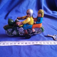 Juguetes antiguos de hojalata: PAREJA EN MOTO, DE HOJALATA. Lote 172899144
