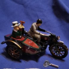 Juguetes antiguos de hojalata: MOTO CON SIDECAR DE HOJALATA. Lote 172913468